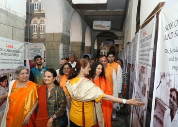 Sandhya explaining to Sadhvi Bhagwati at Centenary Celebrations of The Yoga Institute in St Xaviers College